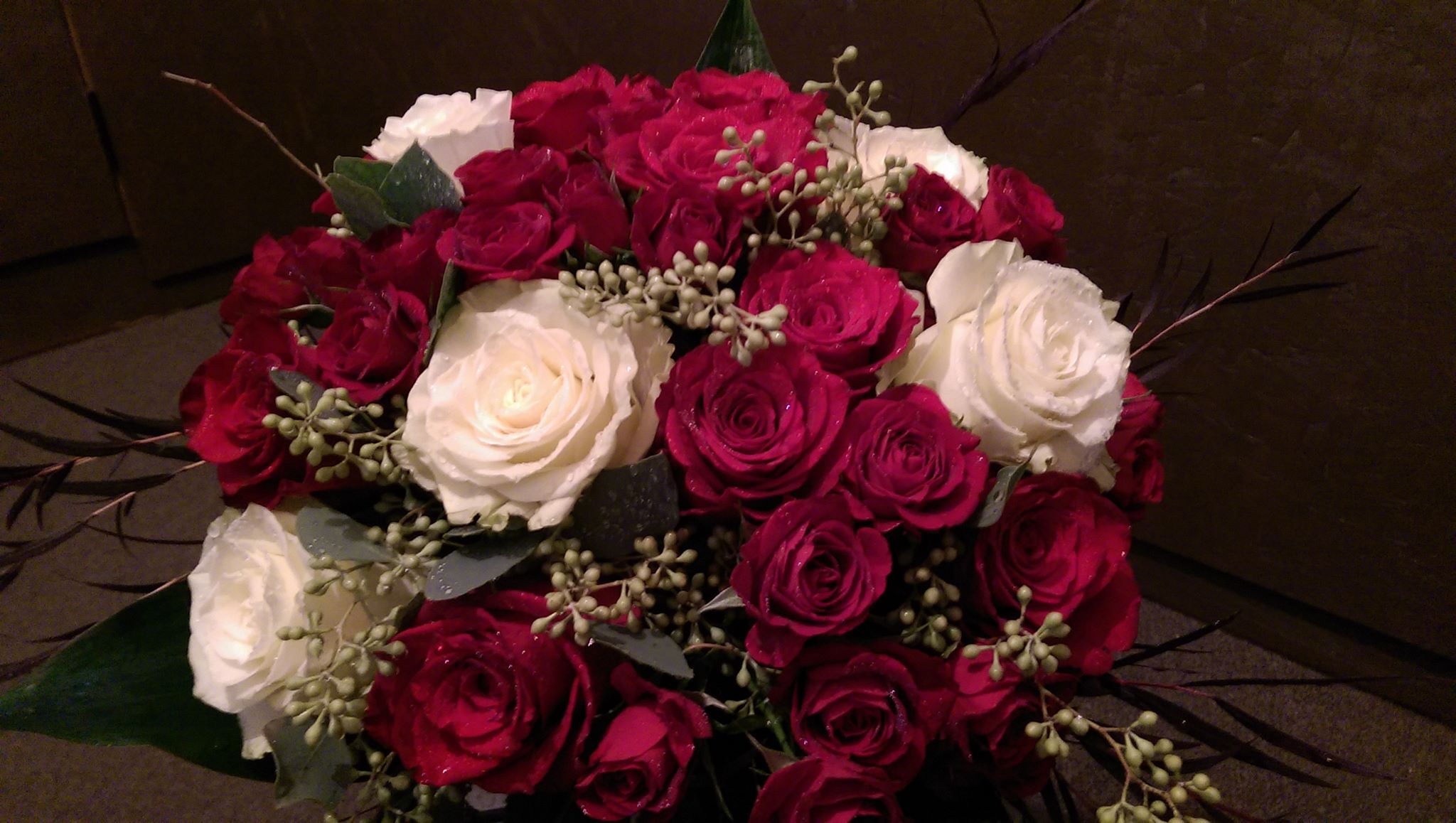 RED & WHITE ROSES (LARGE SIZE BOUQUET) – HEART 2 HEART